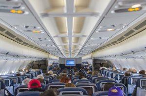 Cestujete na dovolenou letadlem? Baterie, peníze a léky si vezměte na palubu